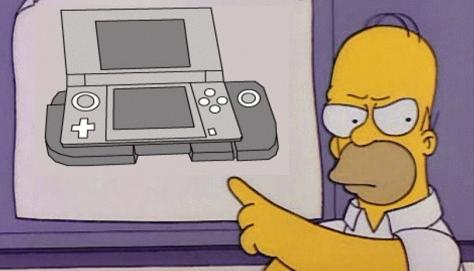 """E fu così che la celebre rivista nipponica Famitsu rivelò al mondo intero il nuovo accrocchio Nintendo, il cui scopo sarebbe stato quello di aggiungere un secondo slide pad al 3DS. Subito si levò unanime un coro di """"D'OH!!!!"""""""