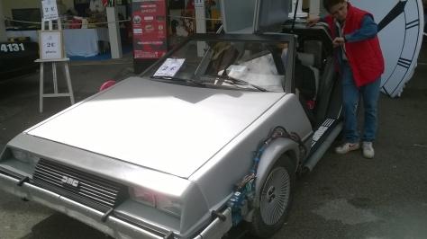 Due soli euro per un viaggio di andata e ritorno nel futuro (o nel passato) con la DeLorean e Marty? Affarone!